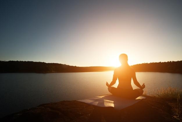 Uno senderismo yoga estilo de vida veraniego