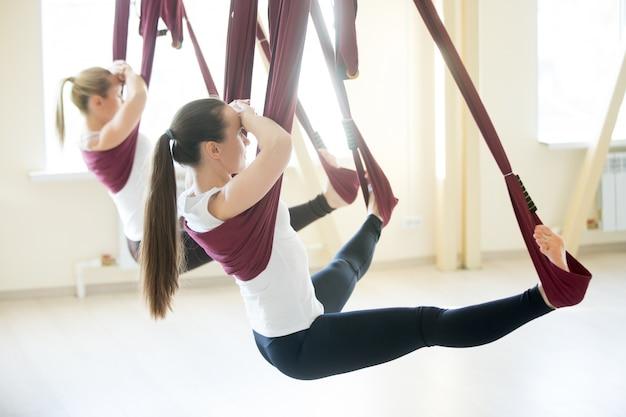 Upavishtha konasana yoga plantean en la hamaca