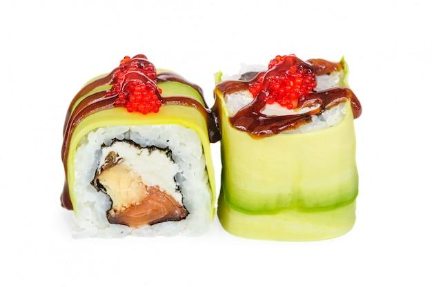 Uramaki maki sushi, dos rollos aislados en blanco