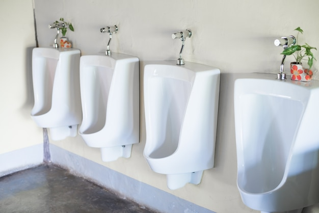 Urinarios blancos en el baño público de hombres.