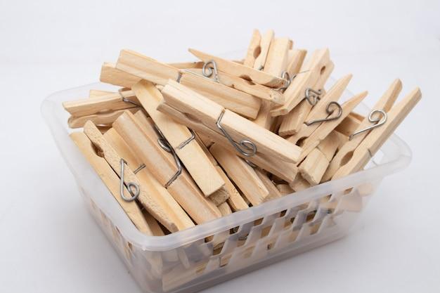Se usa una pinza o pinza para colgar la ropa para secarla, normalmente en un tendedero. las pinzas para la ropa a menudo vienen en muchos colores y diseños diferentes. puede ser de plástico o madera.