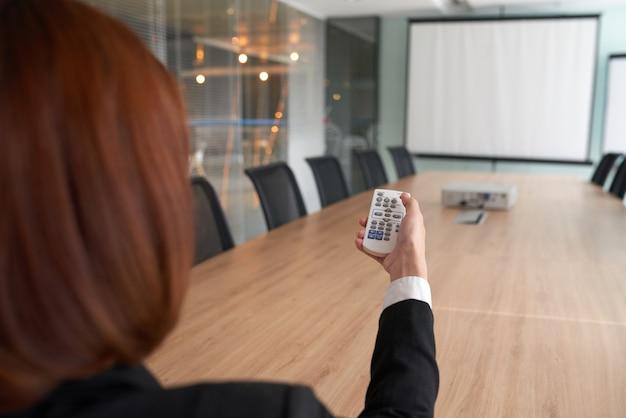 Usando el proyector en la sala de reuniones