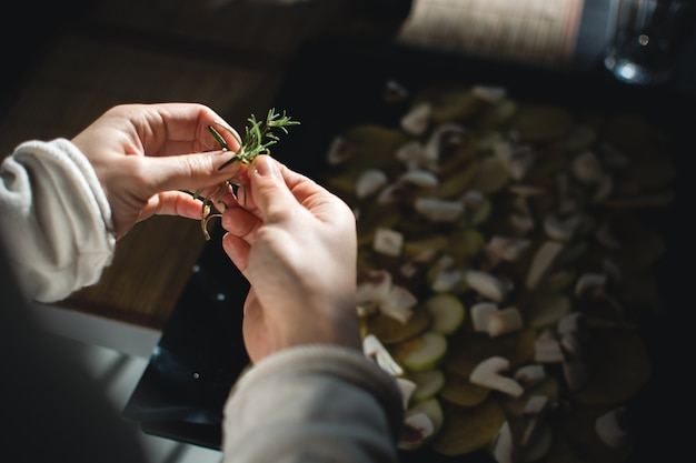Usando romero para vegetales asados