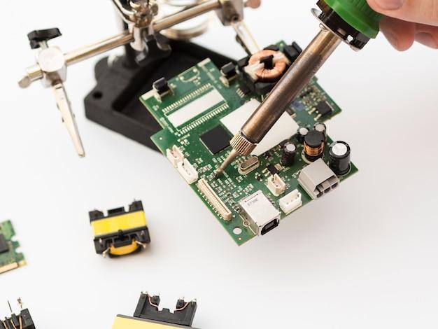 Usando soldador para reparar un circuito