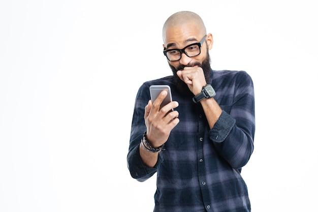 Usando un teléfono inteligente y riendo