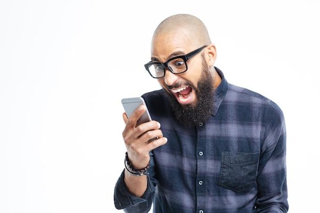 Usando el teléfono móvil y gritando
