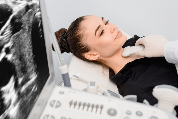 Usando ultrasonido para revisar la glándula tiroides