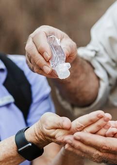 Usar desinfectante para manos mientras viaja en la nueva normalidad
