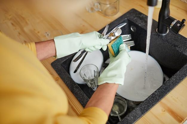 Usar esponja para lavar platos