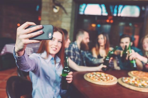 Usar teléfono móvil selfie photo group friends