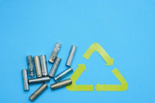 Use aa y deseche adecuadamente las baterías que son tóxicas para el medio ambiente y el suelo sobre un fondo verde