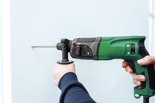 Use un martillo perforador para perforar la pared.