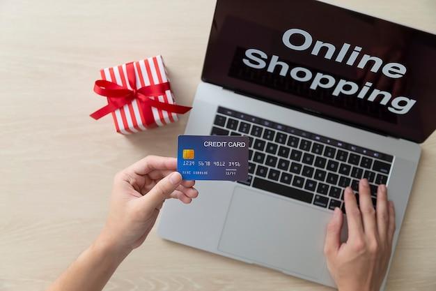 Uso de computadora portátil y compras en línea con tarjeta de crédito