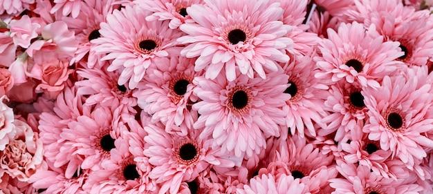 Uso de flores de color rosa para el fondo