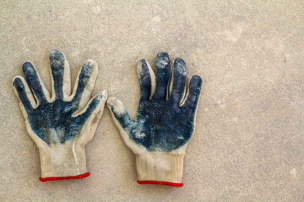 Usó guantes viejos y sucios de trabajador desgarrado como metáfora, concepto o símbolo para el final de la temporada laboral