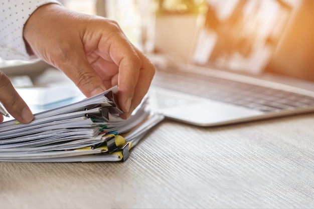 El uso de la mano del contador calcula el informe financiero, contando la calculadora para verificar documentos