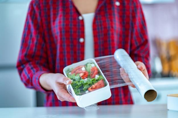 Uso de película de plástico de polietileno para alimentos para el almacenamiento de alimentos en el refrigerador en el hogar