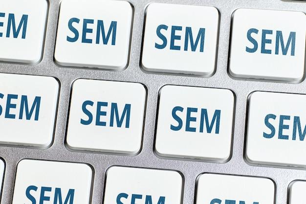 Uso de sem de marketing en buscadores de publicidad en línea en páginas de resultados de búsqueda.