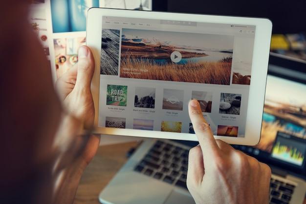 Uso de la tableta que busca concepto del sitio web del viaje de la ojeada