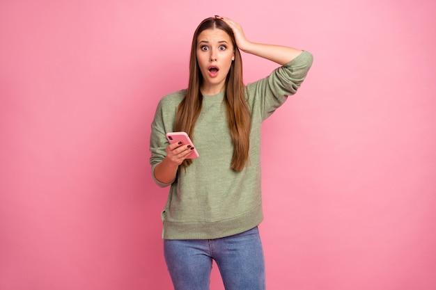Usuario de la red social de la chica loca mantenga el teléfono inteligente impresionado