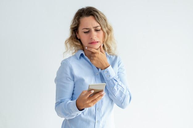 Usuario de teléfono desconcertado recibiendo noticias concernientes