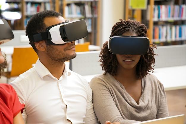 Usuarios alegres con gafas de realidad virtual
