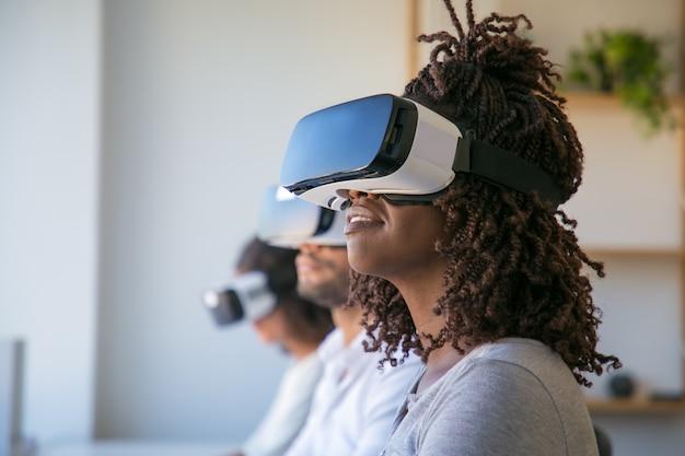 Usuarios emocionados probando un juego de realidad virtual