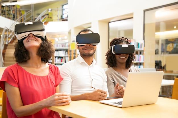 Usuarios sonrientes con gafas de realidad virtual