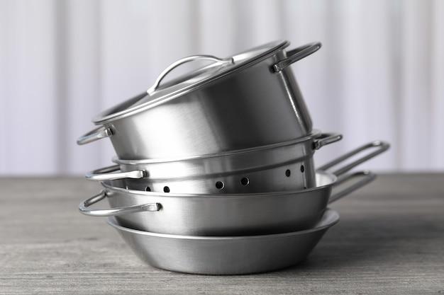 Utensilio de cocina en mesa con textura gris, enfoque selectivo.