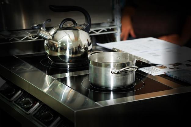 Utensilios para clases de cocina sobre estufa eléctrica en cocina