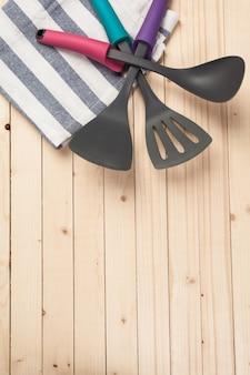 Utensilios de cocina y accesorios en una mesa de madera.