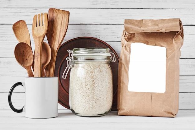 Utensilios de cocina y bolsa de papel artesanal.