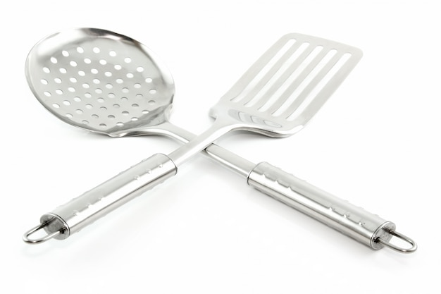 Utensilios de cocina (colador y espátula) aislados sobre fondo blanco