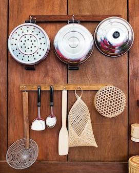 Utensilios de cocina de estilo antiguo en tailandia en la pared de madera