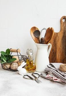 Utensilios de cocina, herramientas y vajilla en la superficie de la pared de baldosas blancas