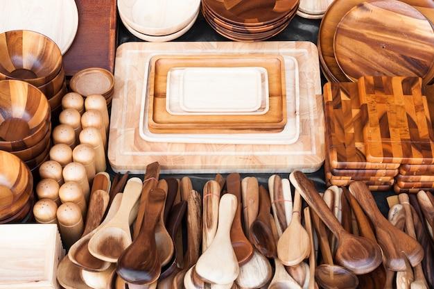 Utensilios de cocina de madera en el mercado de la calle en tailandia