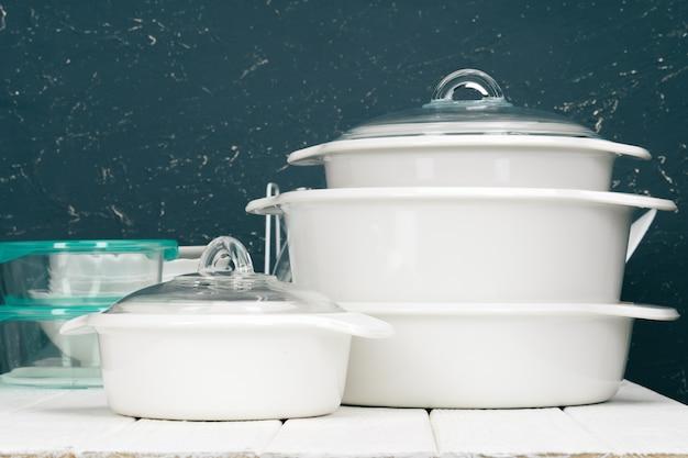 Utensilios de cocina de olla blanca en el interior de una cocina