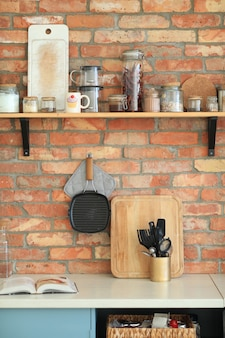 Utensilios de cocina en la pared