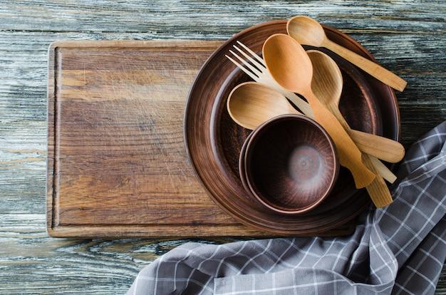 Utensilios de cocina rústicos simples contra fondo de madera del vintage.