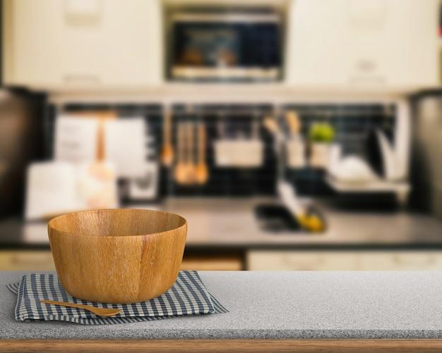 Utensilios de cocina sobre encimera de granito con cocina fondo borroso