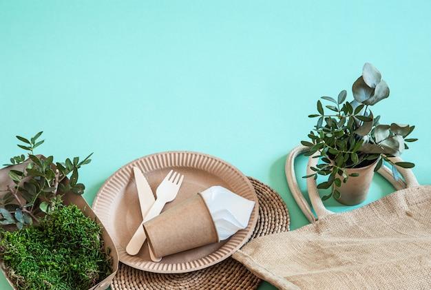 Utensilios desechables ecológicos hechos de papel y madera de bambú.