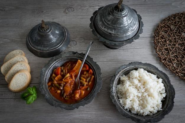 Utensilios de plata retro y platos con comida