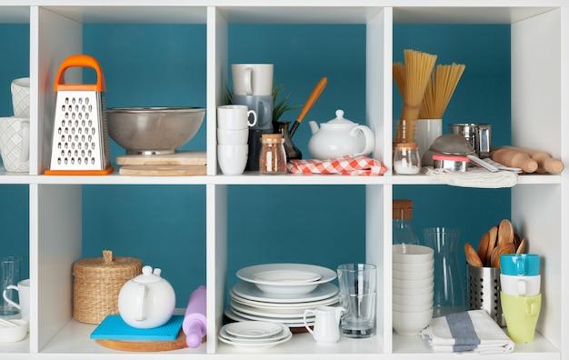 Utensilios y tazas, utensilios de cocina en estantes de madera