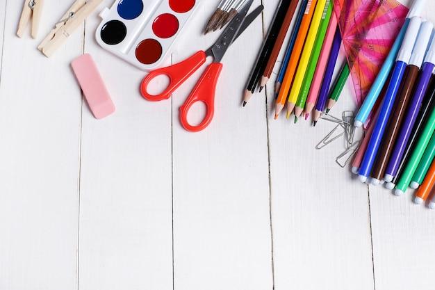 Útiles escolares para clases de arte.