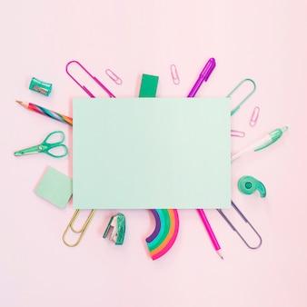 Útiles escolares coloridos con papel