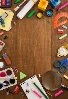 Útiles escolares y cuaderno en madera