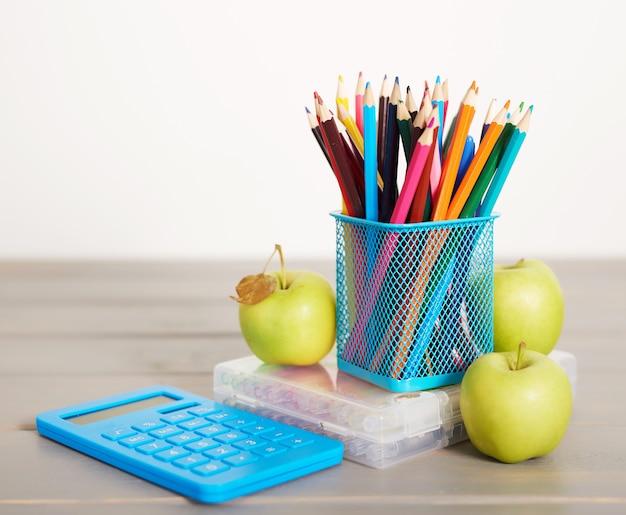 Útiles escolares en el escritorio, regreso a la escuela