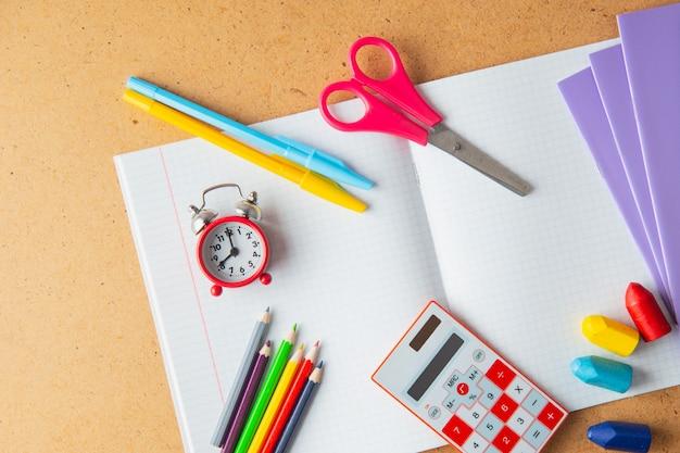 Útiles escolares en el escritorio