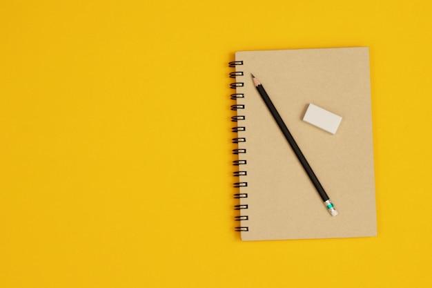 Los útiles escolares están listos para que los estudiantes aprendan cosas nuevas.