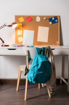 Útiles escolares en la habitación de los niños